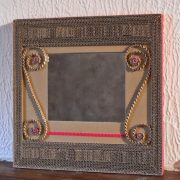 Miroir en dentelle de carton et carton ondulé rouge