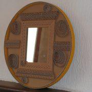 Miroir en dentelle de carton et carton ondulé jaune