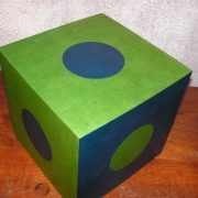 Pouf en carton vert et bleu