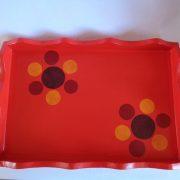 Plateau rectangulaire rouge à fleurs