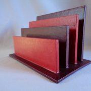 Porte-courrier rouge et bordeaux