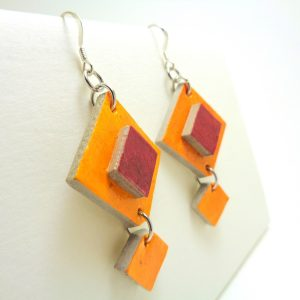 Boucles d'oreille en carton orange-rouge carmin