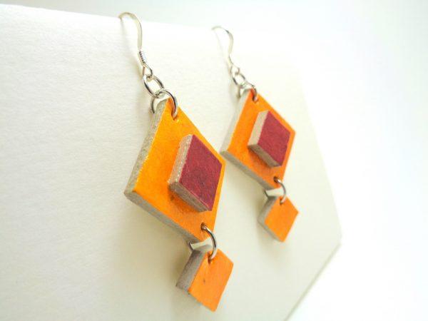 Boucles d'oreille en carton orange-rouge carmin