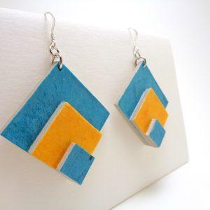 Boucles d'oreille en carton bleu et jaune