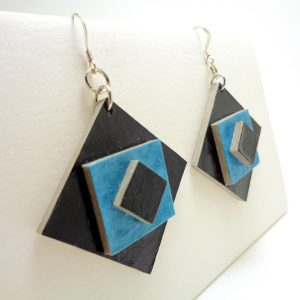 Boucles d'oreille en carton noir-bleu
