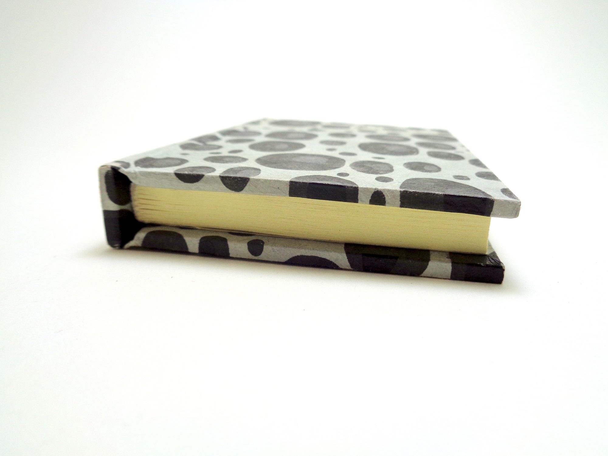 petit carnet de poche 6 8 cm x 10 5 cm gris galets 128 pages cartons patte d 39 f. Black Bedroom Furniture Sets. Home Design Ideas